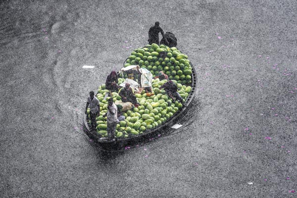 Watermelons transporting boat attack of sudden rain in the river burigonga at sadarghat, Dhaka, Bangladesh on April 17, 2018. Credit: Jahangir Alam onuchcha/Alamy Live News