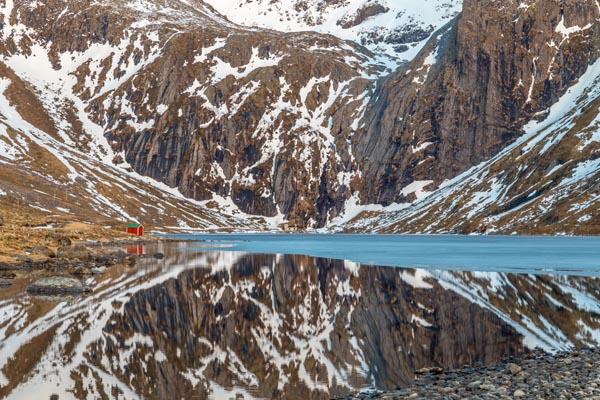 Travel_Chris_Gledhill_Red-hut-Lofoten_UK